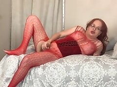Hot tranny in red Wendy Williams cums hard after playing with her cock in bed